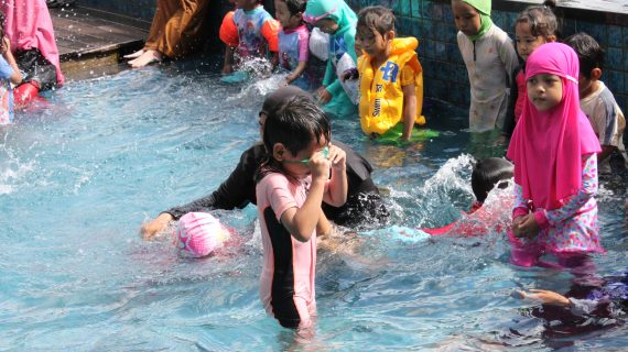 Belajar Berenang Di Usia Dini, PAUD Mutiara Kembali Mengadakan Ekstra Renang